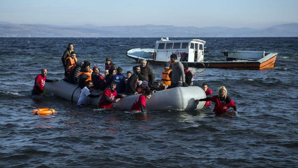 Flüchtlinge, Helfer: Tausende kommen jeden Tag nach Griechenland