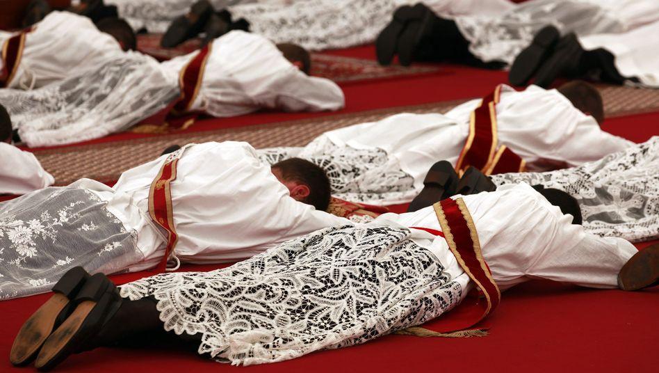 Piusbrüder beim Gebet