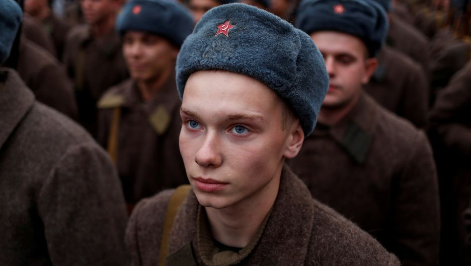 Russische Soldaten erinnern bei einer Parade in Moskau 2019 an die Rote Armee
