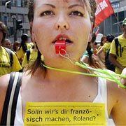 Unmoralisches Angebot: Auf einer Demo forderte diese Studentin Regierungschef Koch heraus