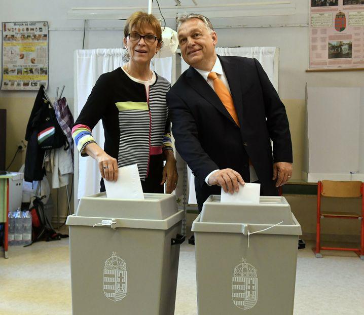 Ungarn: Viktor Orbán mit seiner Frau Aniko Levai an der Wahlurne