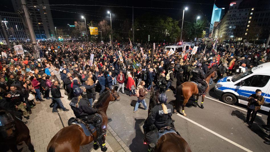 """Unerlaubter """"Querdenker""""-Protest in der Nacht zu Sonntag am Leipziger Hauptbahnhof"""