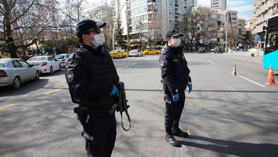 Polizeikontrolle in der Türkei: Beamte prüfen landesweit, ob sich an die Ausgangssperren für bestimmte Altersgruppen gehalten wird