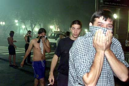 Bei neuen Ausschreitungen setzten die Sicherheitskräfte wieder Tränengas ein, vor dem sich die Demonstranten in Sicherheit brachten. Jubelnd hatten Hunderte am Morgen den Rücktritt von Wirtschaftsminister Domingo Cavallo gefeiert. Nun fordern viele, dass auch Präsident Fernando de la Rúa seinen Hut nimmt