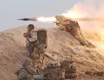 Andauernder Widerstand: Während Truppenteile näher an Bagdad herangerollt sind, geht der Bodenkrieg im Süden weiter, hier auf der Halbinsel al-Fau