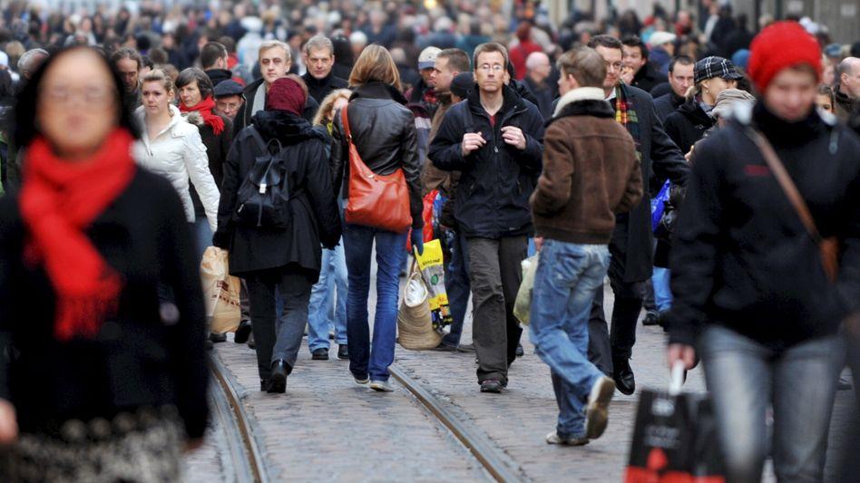 Fußgängerzone in Freiburg: Deutsche halten stärker zusammen als 1990
