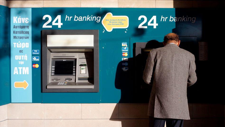 Bankautomat in Nikosia: Schon am Montagabend will die EZB den Geldfluss stoppen