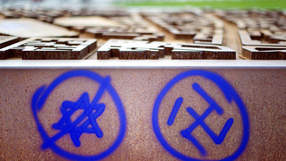 Antisemitische Schmierereien an einer Gedenkstätte