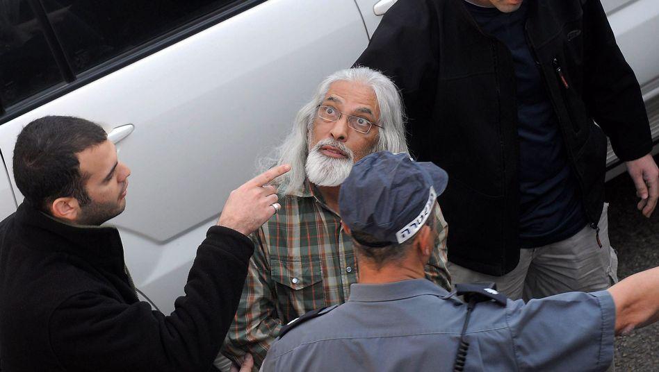 Sektenguru Goel Razon bei seiner Festnahme: Name ins Gesicht tätowiert
