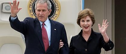 Bush (mit Frau Laura in Rostock-Laage): Mini-Auftritt nach der Landung