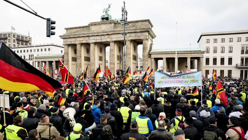 Pegida-Anhänger vor dem Brandenburger Tor im Dezember 2018