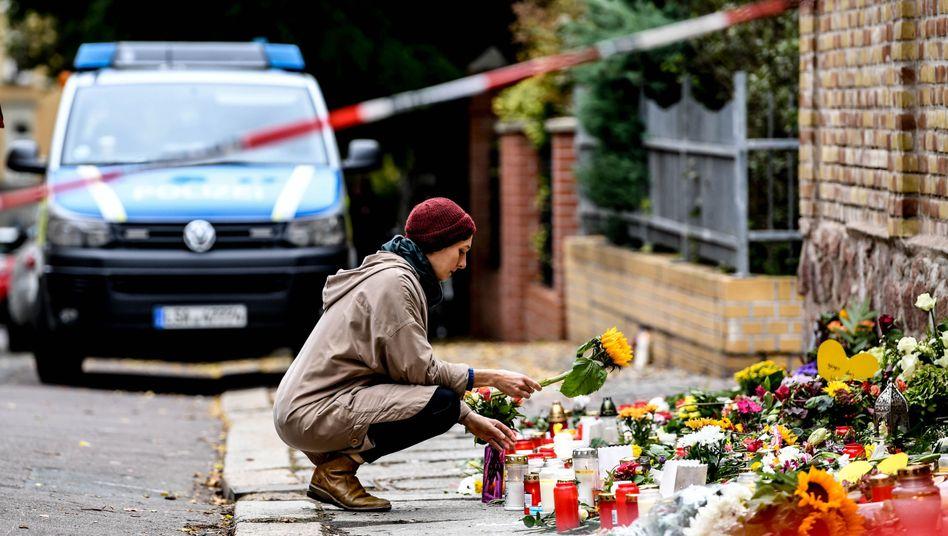 Trauer nach der Attacke: Eine Frau legt Blumen vor der Synagoge in Halle nieder
