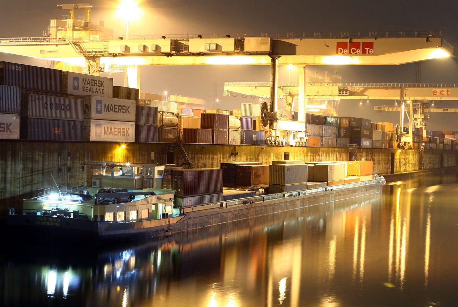 Duisburg bei Nacht / Containerhafen / Stadtansicht / City