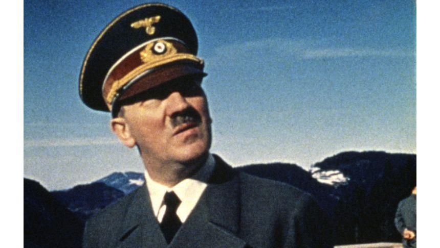 Adolf Hitler auf der Terrasse des Berghofs: 1933 kaufte er das Anwesen in Obersalzberg und ließ es zu seiner Sommerresidenz umbauen