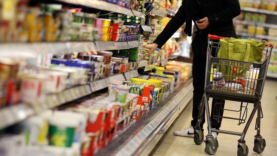 Kunde vor Supermarktregal