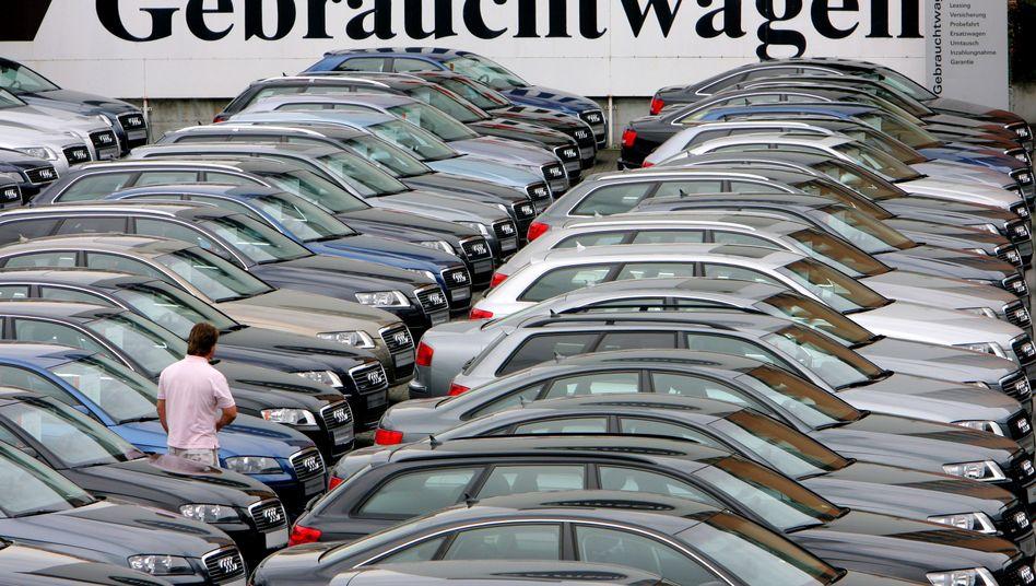 Parkplatz mit Gebrauchtwagen: Garantie auch ohne Vertragswerkstatt