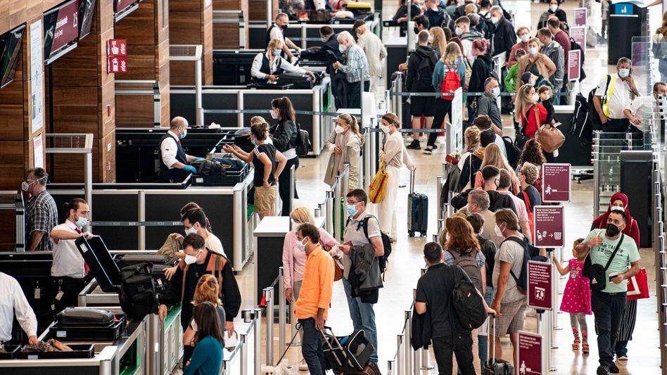 Security Check am Flughafen (in Berlin): Allmählich normalisiert sich der Flugverkehr wieder