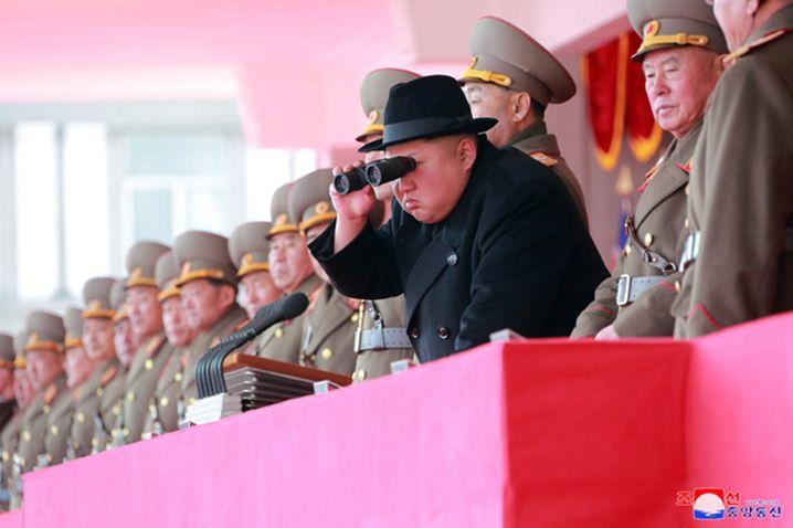 """Diktator Kim bei einer Militärparade in Pjöngjang am 8. Februar: """"Er ist beliebt wie ein Popstar"""""""