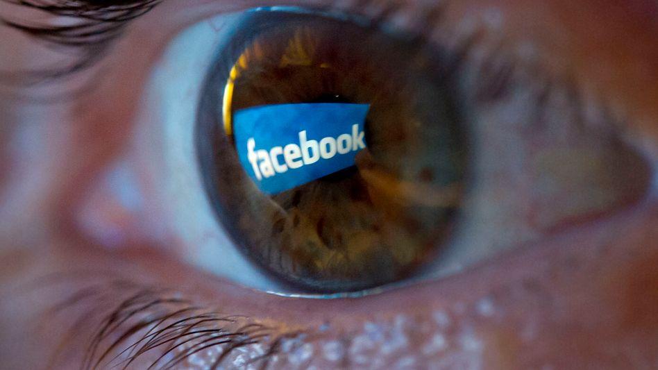 Facebook-Logo als Spiegelung: Das Netzwerk macht die Nutzer leichter auffindbar