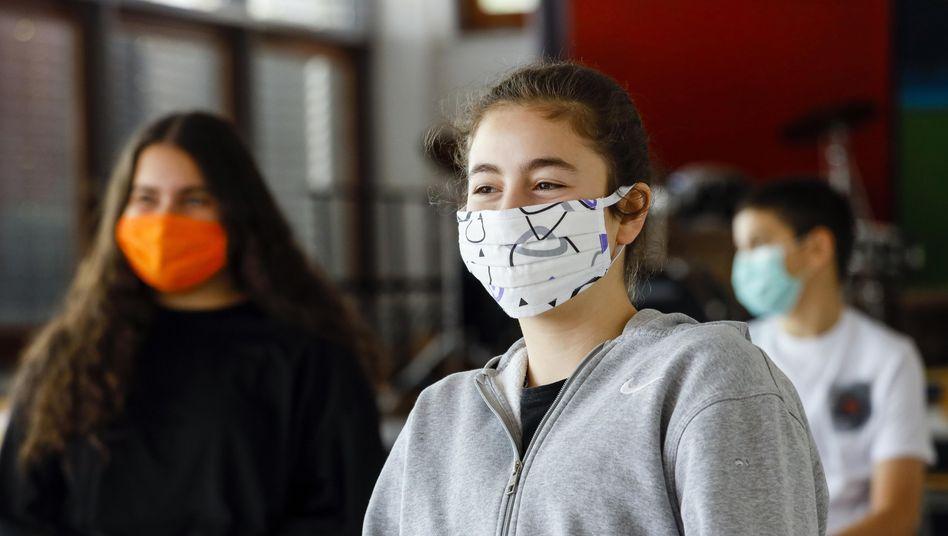 Bei ausreichendem Abstand zwischen den Schülern brauche es laut des Ärzteverbands Marburger Bund keine Maskenpflicht während des Unterrichts