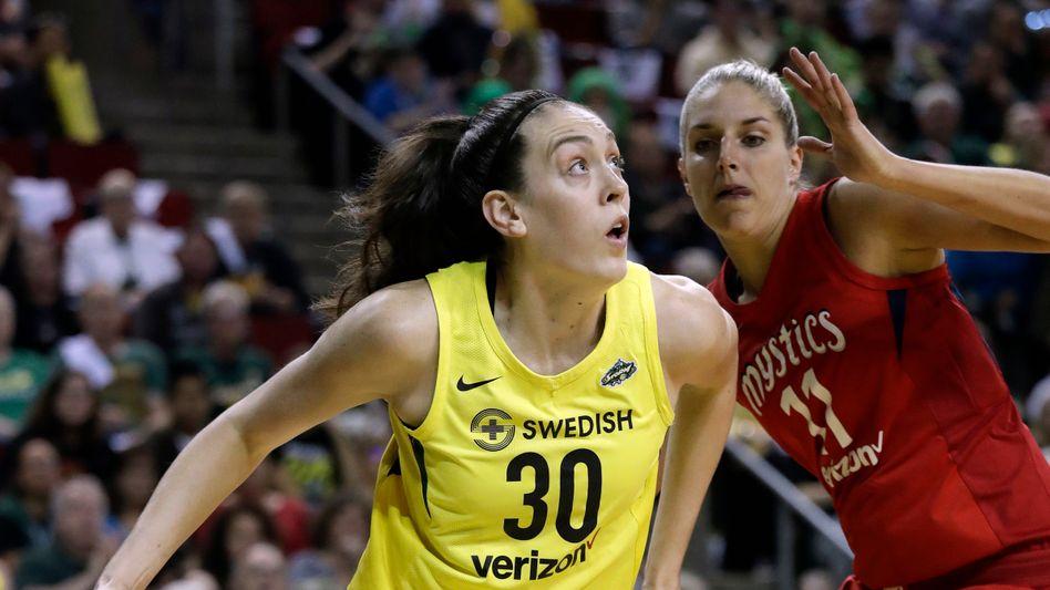 Breanna Stewart (l.) im Duell mit Washingtons Elena Delle Donne während der WNBA-Finals 2018