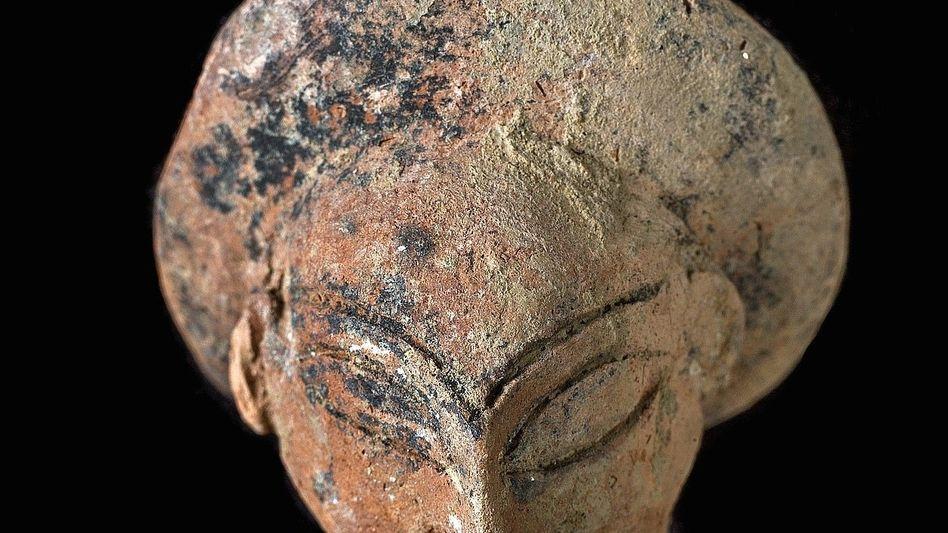 Sitzfigurine aus dem Grab einer Frau mit Kleinkind