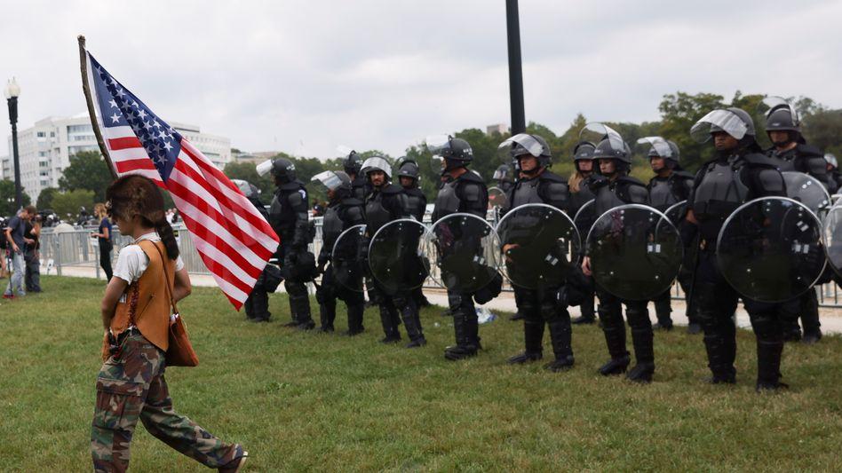 Demo-Teilnehmer vor Sicherheitskräften