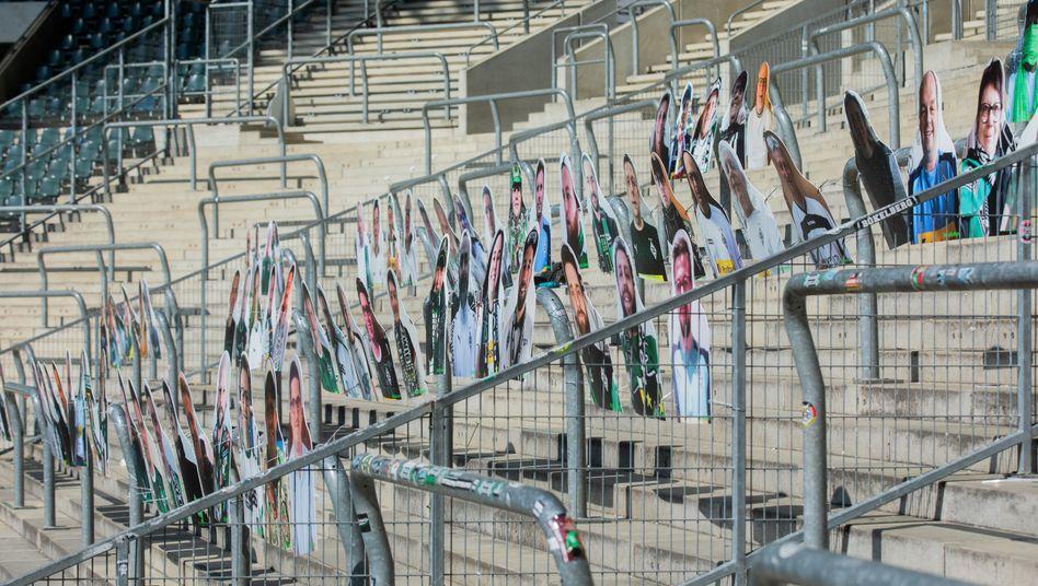 Im Stadion von Borussia Mönchengladbach sind Pappfiguren aufgestellt, um die Anwesenheit von Fans zu simulieren