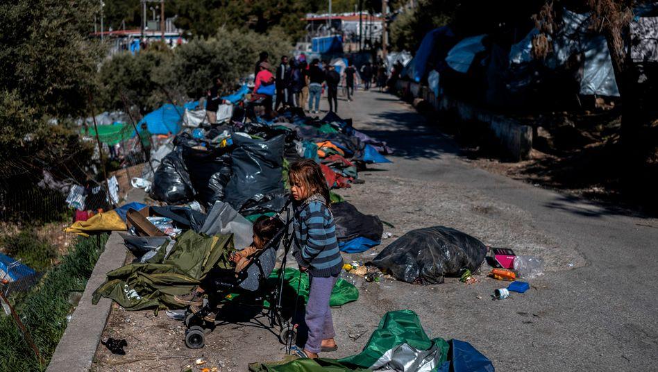 Fl??chtlinge am Rand des Lagers Vathy auf Samos (Archivbild)