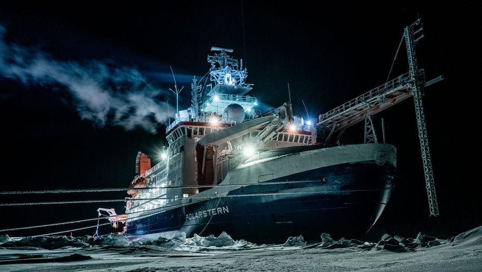 """Das Forschungsschiff """"Polarstern"""" in der arktischen Dunkelheit"""