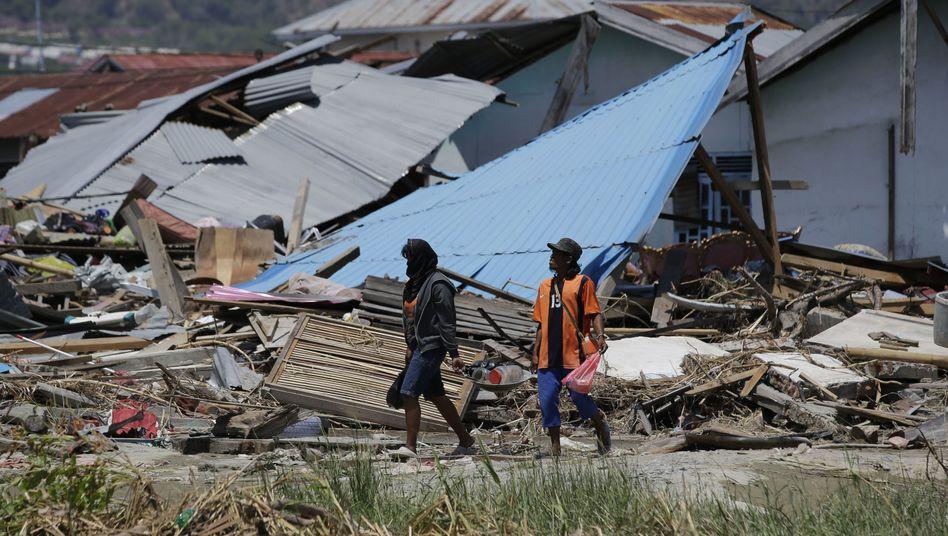 Überlebende vor eingestürztem Hotel