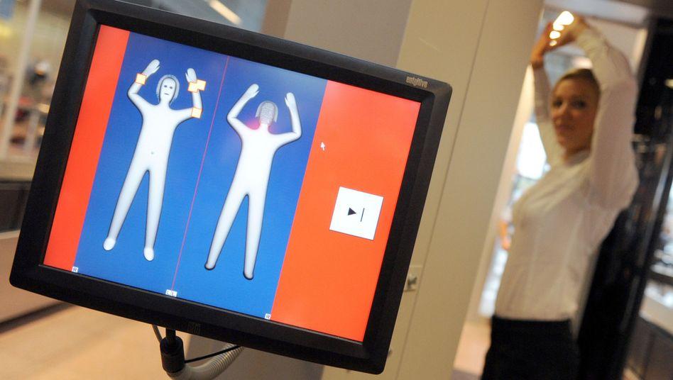 Freiwillige Testperson am Flughafen Hamburg: Körperscanner im Praxistext durchgefallen