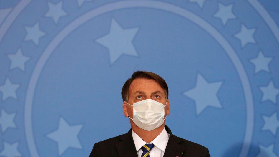 Ein seltener Anblick: Maskengegner Bolsonaro mit Mund-Nasen-Schutz