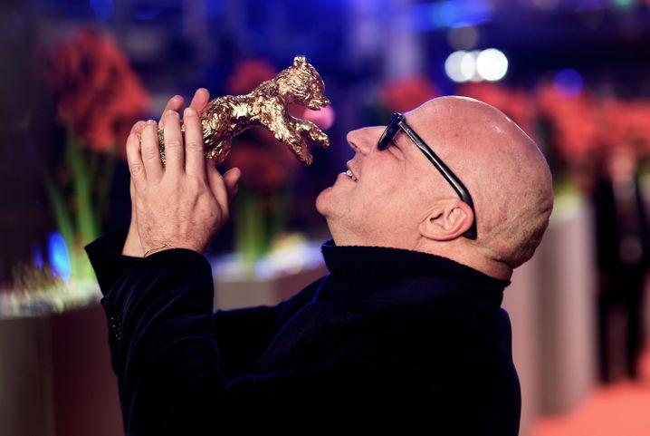 """Bester Film der 66. Berlinale: Regisseur Rosi nimmt den Goldenen Bären für """"Fuocoammare"""" entgegen."""