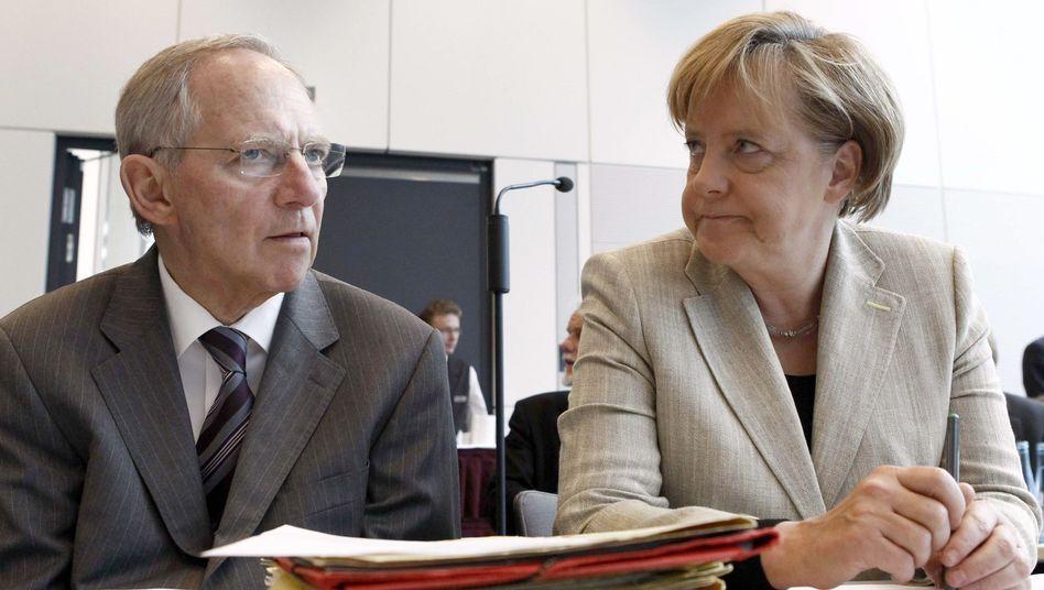Kanzlerin Merkel, Sparmeister Schäuble: Weniger Elterngeld, weniger Projekte, weniger Bundeswehr, weniger, weniger