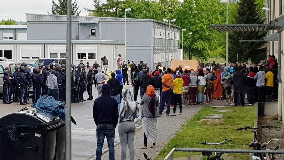 Polizisten und Asylsuchende vor dem Regensburger Ankerzentrum