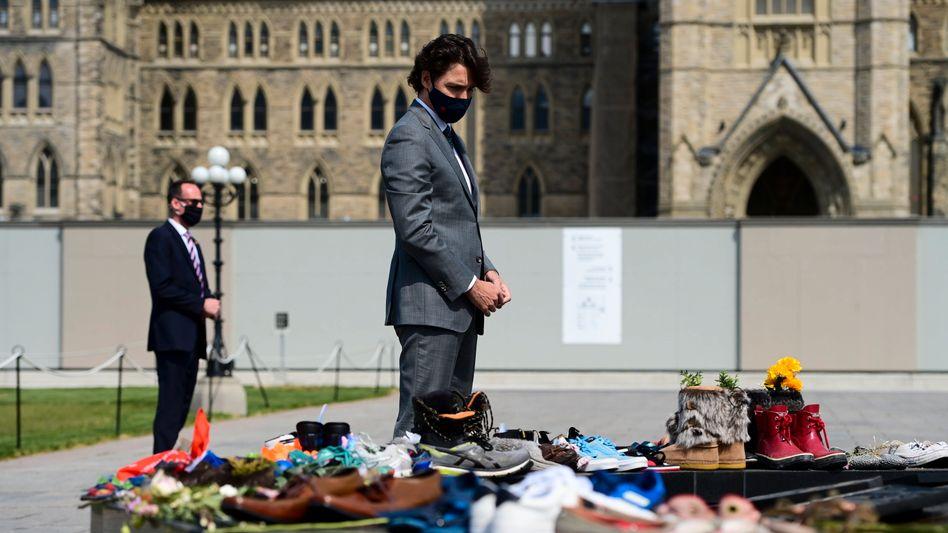 Premier Trudeau beim Besuch einer improvisierten Erinnerungsstelle an die Opfer der »residential schools« (Aufnahme vom 1. Juni 2021)