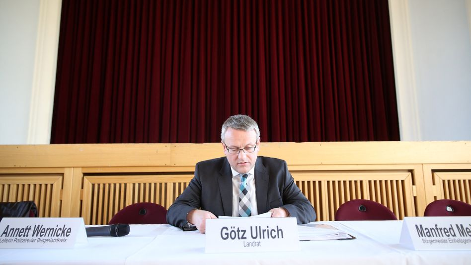 Landrat Götz Ulrich vor einer Bürgerversammlung Ende März: