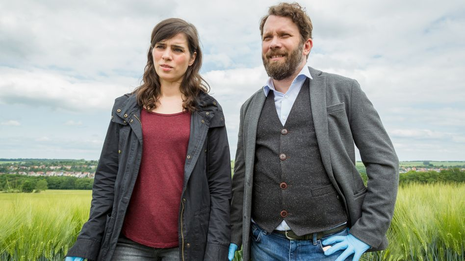 Sommer, Sonnenschein und Hammermorde: Dorn (Nora Tschirner) und Lessing (Christian Ulmen)am Tatort