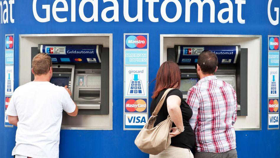 Kunden vor einem Geldautomaten in Berlin (Archivbild)
