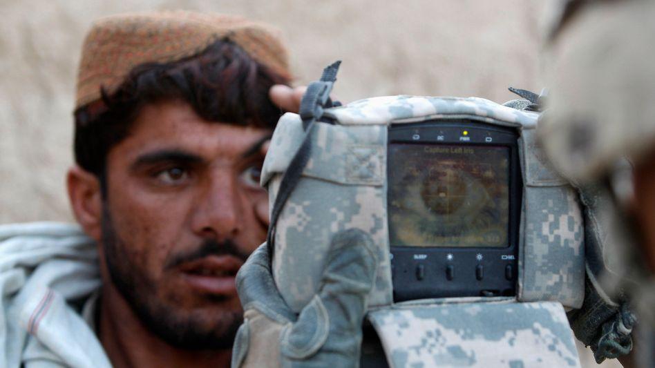 Ein US-Soldat überprüft die Identität eines Afghanen (Archivbild): Auf das Schlimmste vorbereitet?