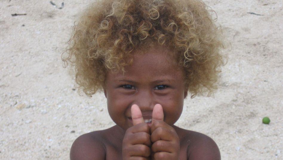 Bewohner der Salomon-Insel: Der kleine Junge erstaunt durch blonde Haarpracht