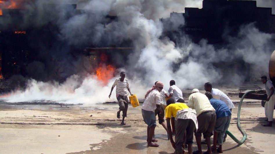 Brennendes Haus in Somalia: Vom Bürgerkrieg zerrüttetes Land