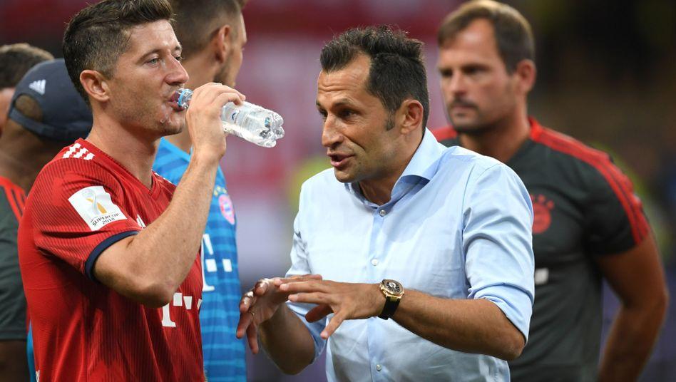 Haben sich einiges zu sagen: Bayern-Angreifer Robert Lewandowski (l.), Sportdirektor Hasan Salihamidzic