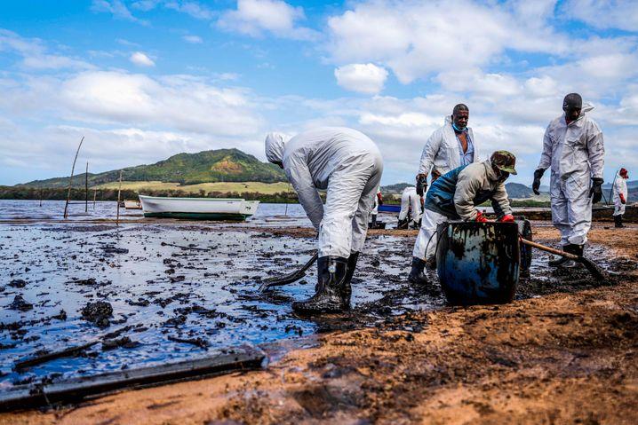 Menschen helfen an den Stränden, an denen Öl angespült wurde