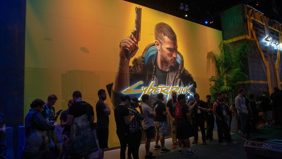 """Spielefans warten am E3-Stand zu """"Cyberpunk 2077"""""""