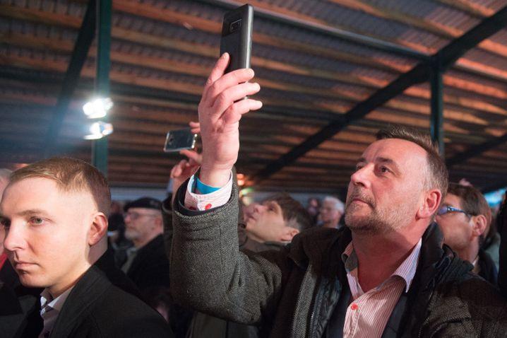 Pegida-Gründer Lutz Bachmann (r) auf dem politischen Aschermittwoch der sächsischen AfD