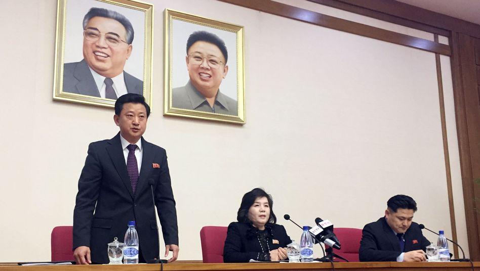Vizeaußenministerin Choe Son Hui (Mitte)