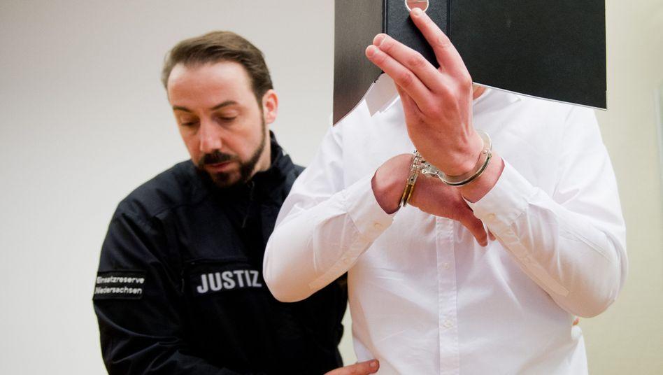 Angeklagter Dennis L. im Landgericht Hannover: Tat gestanden