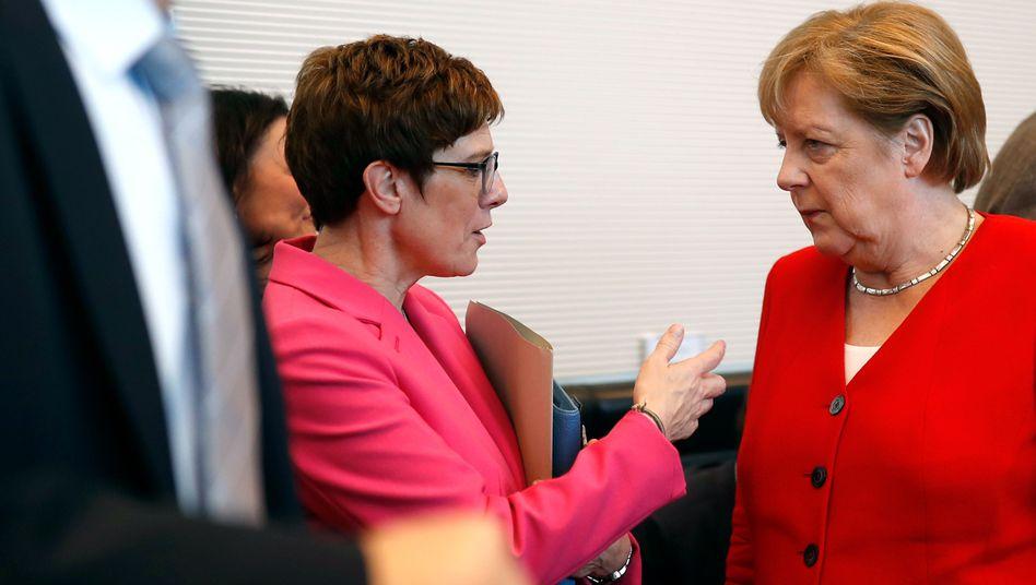 Annegret Kramp-Karrenbauer (l.) und Angela Merkel: Lange Diskussion über Besetzung